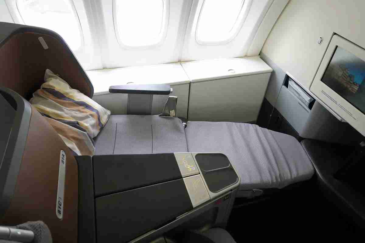 Lufthansa 747-8 748 business class lie-flat seat