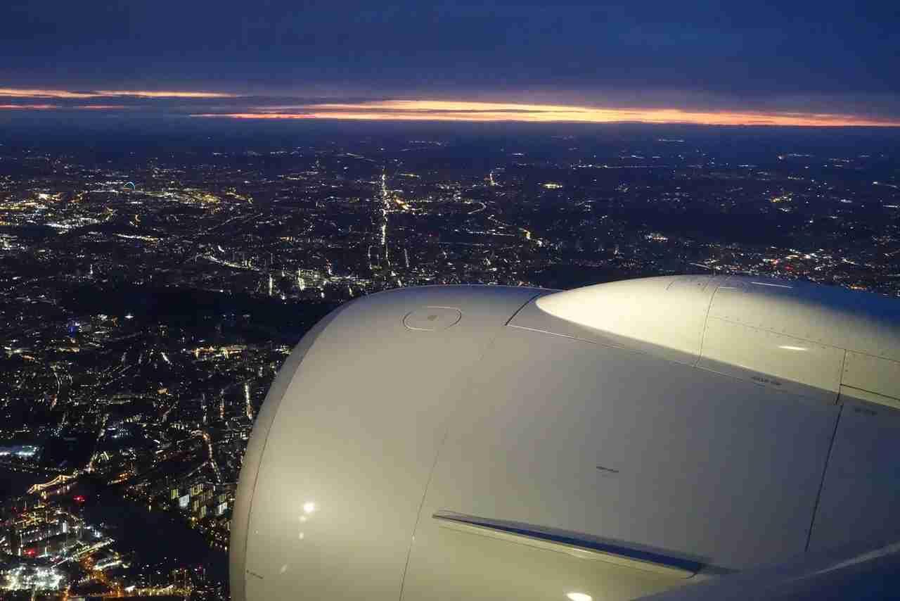 IMG-aa-biz-london-night-landing
