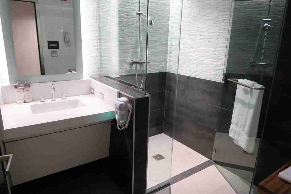 AA ORD Flagship Lounge - shower