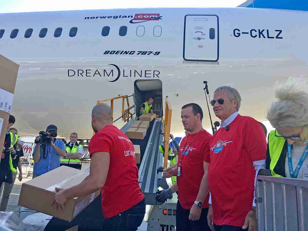 Norwegian CEO Bjørn Kjos (in sunglasses) helps load the 787 in Copenhagen (Image by Angelina Aucello)
