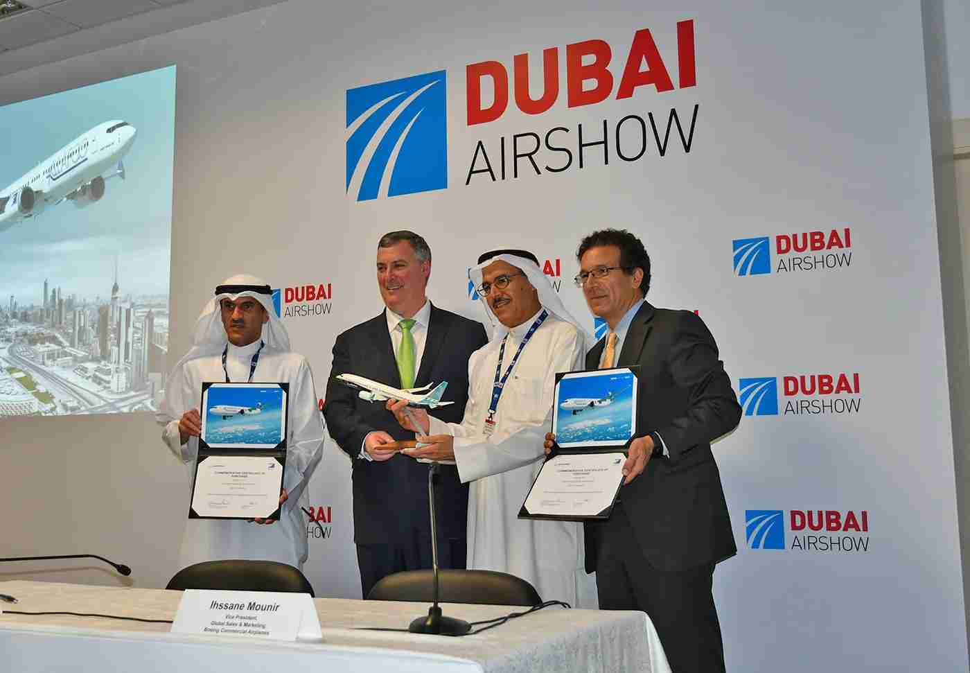 Officials from Boeing and Kuwaiti leasing company Alafco sign a deal for TK Boeing 737MAX jets at the Dubai Air Show in 2017.