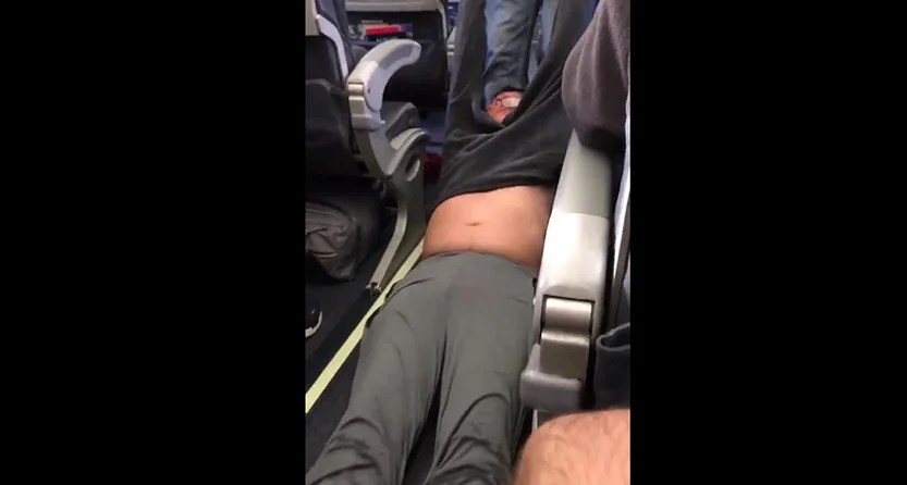 Fellow passengers captured the incident. (Tyler Bridges / Twitter)