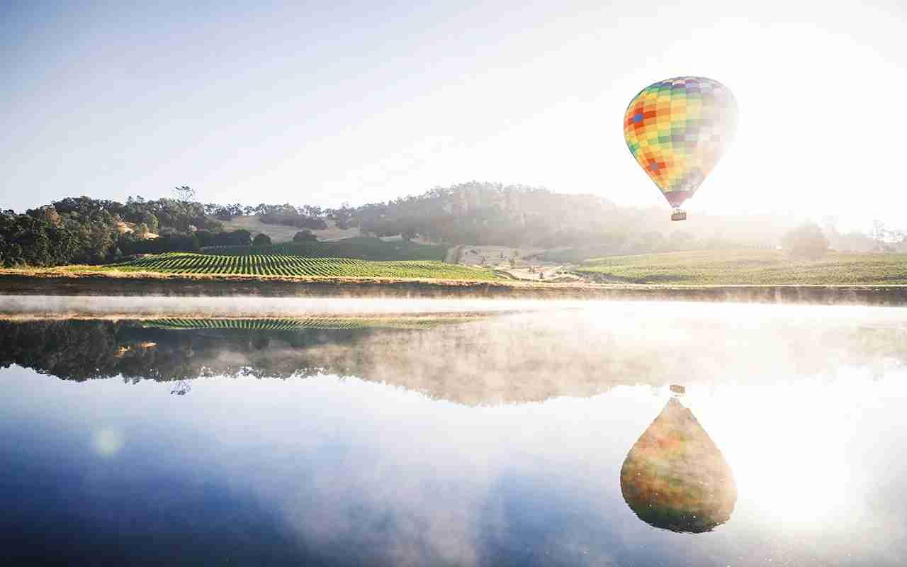 A hot air balloon over Napa Valley (Photo by of Sabastien Gabriel via Unsplash)