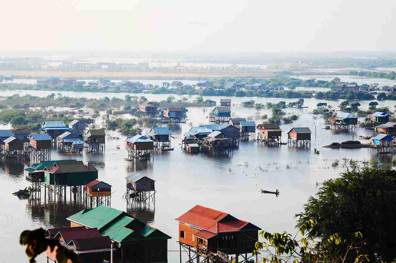 Houses in Tonle Sap. (Photo by takepicsforfun/GettyImages)