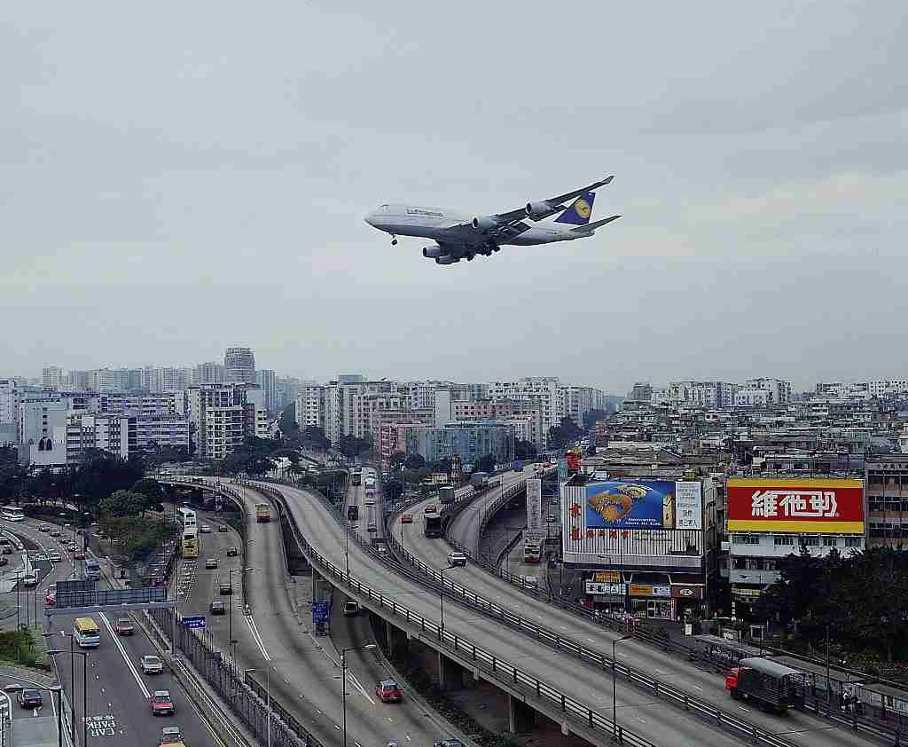 (GERMANY OUT) Landeanflug einer Lufthansa Boeing überKowloon auf den Flughafen Kai Tak (Photo by Winter/ullstein bild via Getty Images)