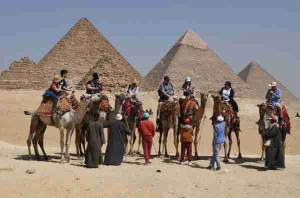 This picture taken on March 25, 2018, shows tourists in front of the Giza pyramids complex, on the southwestern outskirts of the Egyptian capital Cairo. / AFP PHOTO / FETHI BELAID (Photo credit should read FETHI BELAID/AFP/Getty Images)