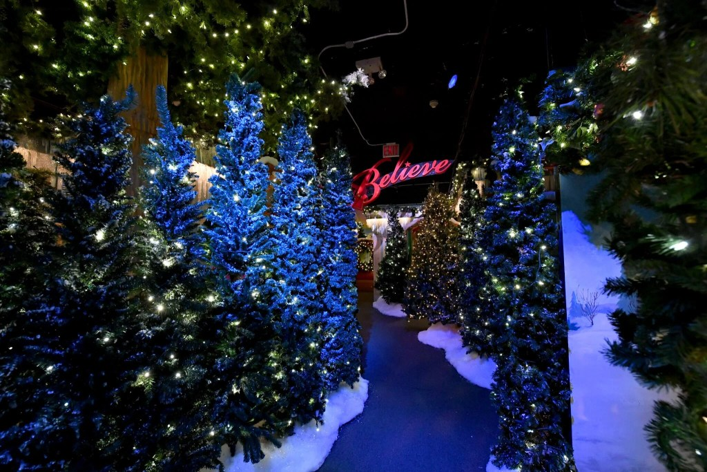 Macys Hours Christmas Eve 2019.Reservations Required Book A Visit To Santaland At Macy S