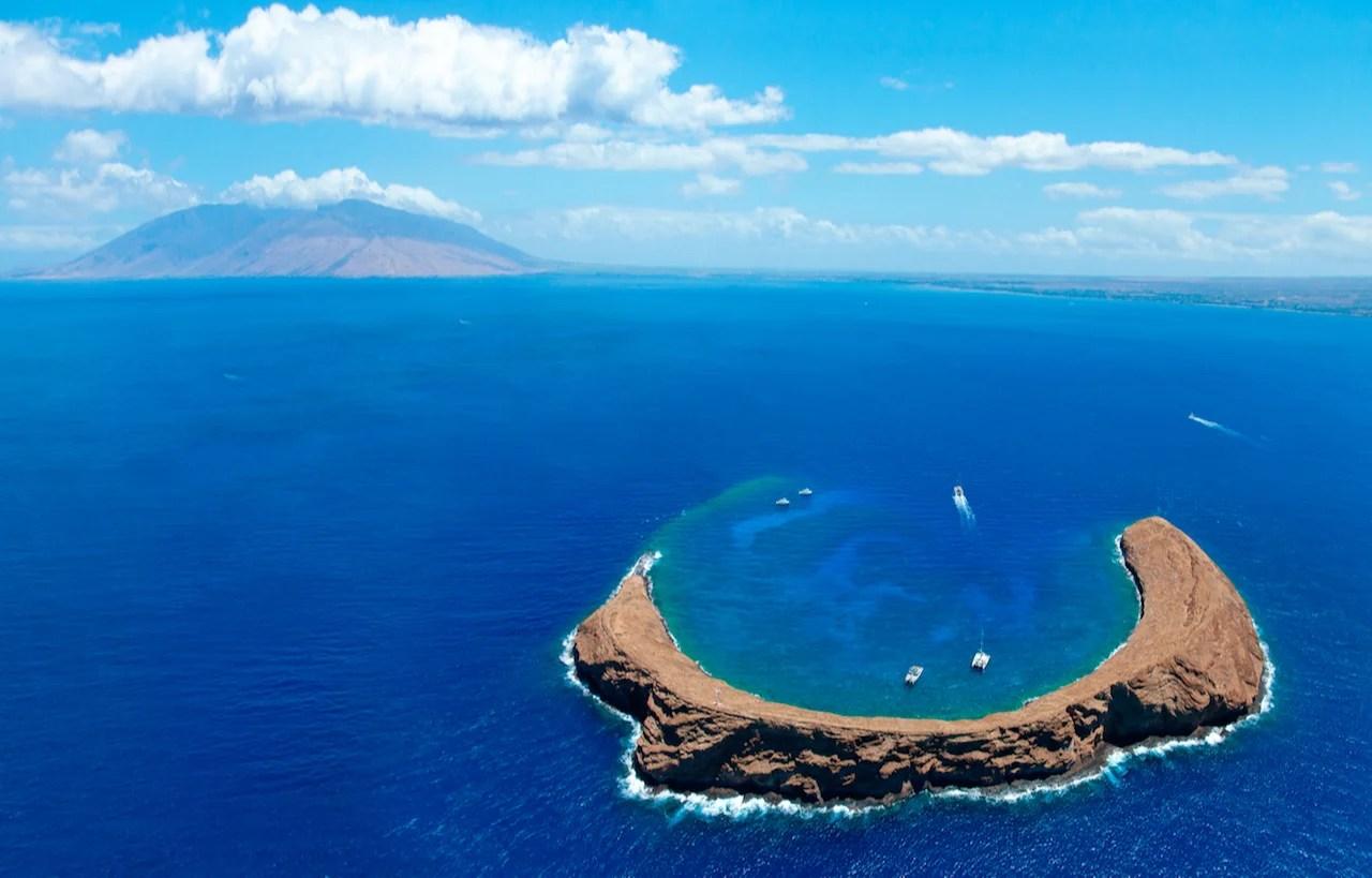 Molokini Crater mit West Maui im Hintergrund. (Foto von M Swiet Productions / Gerry Images)