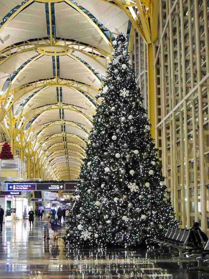 Holiday decor is in full swing at Washington National Airport (photo by Buddy Smith / The Points Guy)