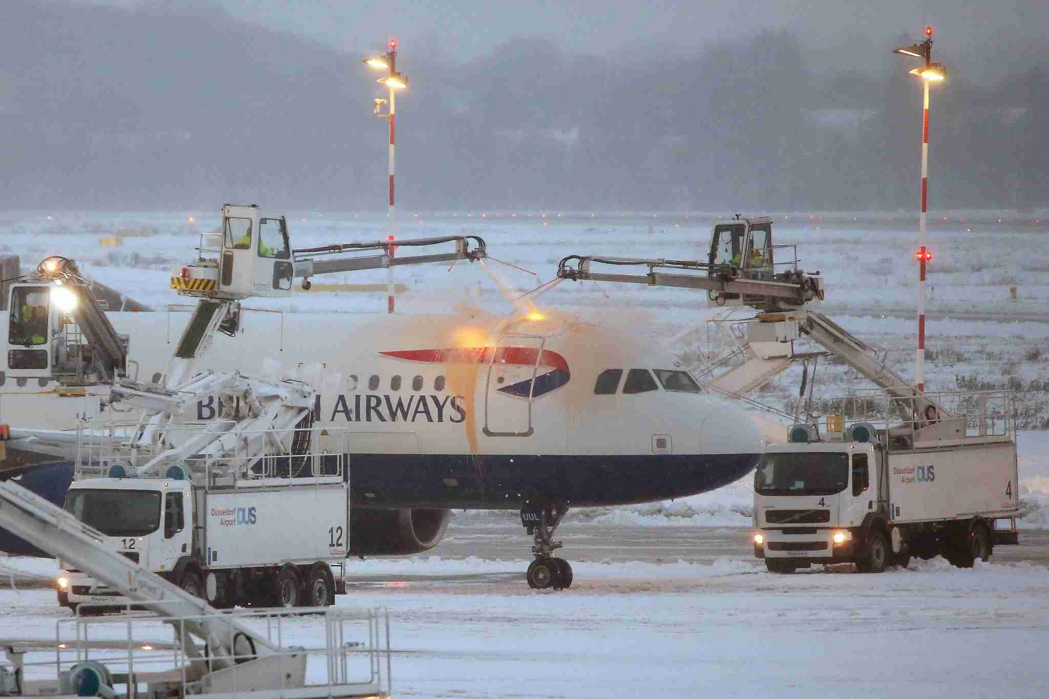 An aeroplane undergoes de-icing before taking off at the Düsseldorf Airport in Düsseldorf, Germany, 10 December 2017. Photo: David Young/dpa (Photo by David Young/picture alliance via Getty Images)