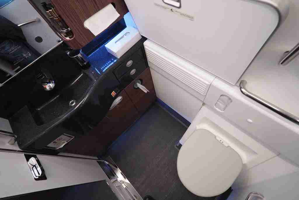 The lav as seen on Qatar Airways. (Photo by Zach Honig/The Points Guy)