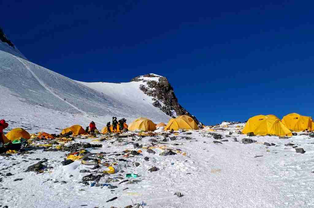 This picture taken on May 21, 2018 shows discarded climbing equipment and rubbish scattered around Camp 4 of Mount Everest. - Decades of commercial mountaineering have turned Mount Everest into the world