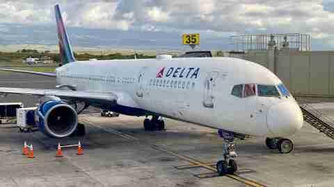 delta-plane-airplane-jet-maui-ogg-airport-kahului