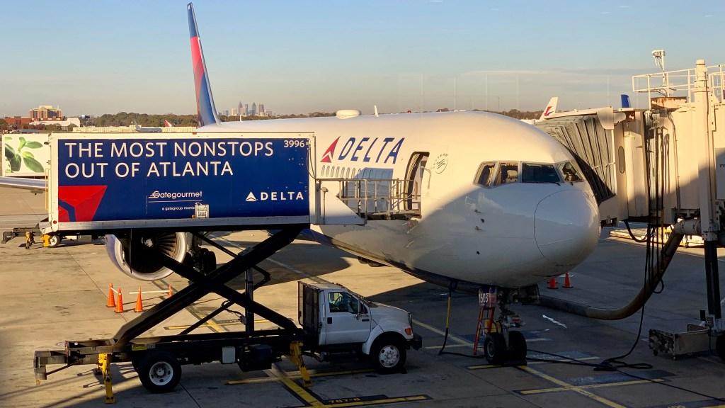 Delta jet stocks up in Atlanta (Photo by Darren Murph / The Points Guy)