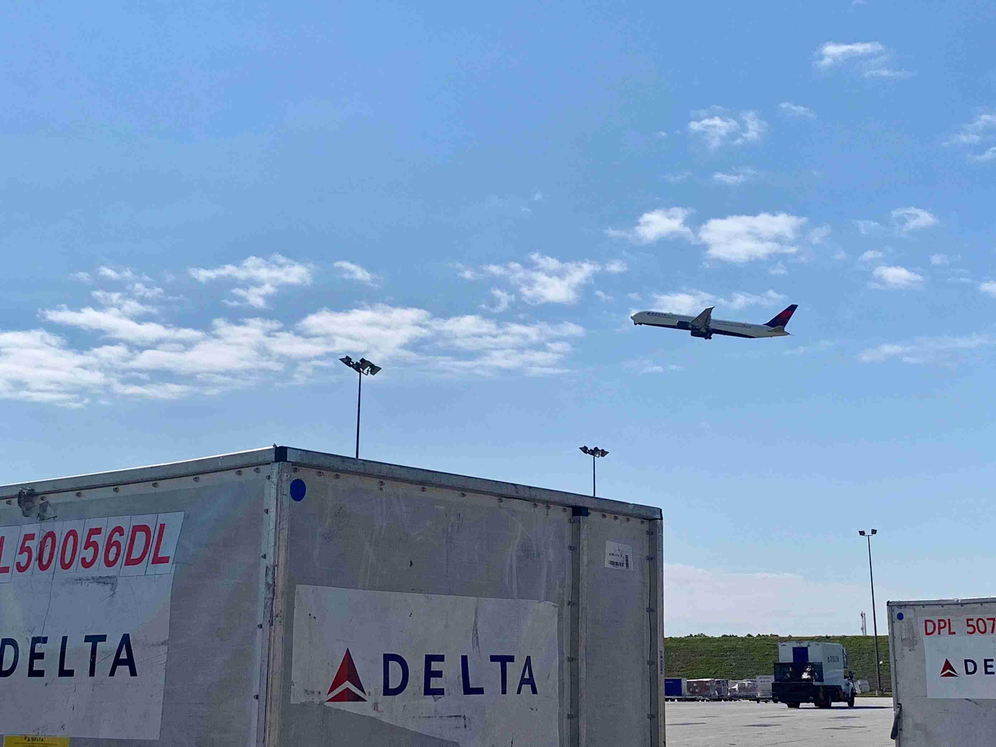 delta-atlanta-atl-cargo-plane-liftoff