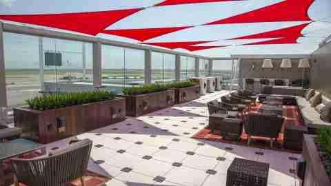 delta-jfk-terminal-4-sky-club-skydeck-outdoor
