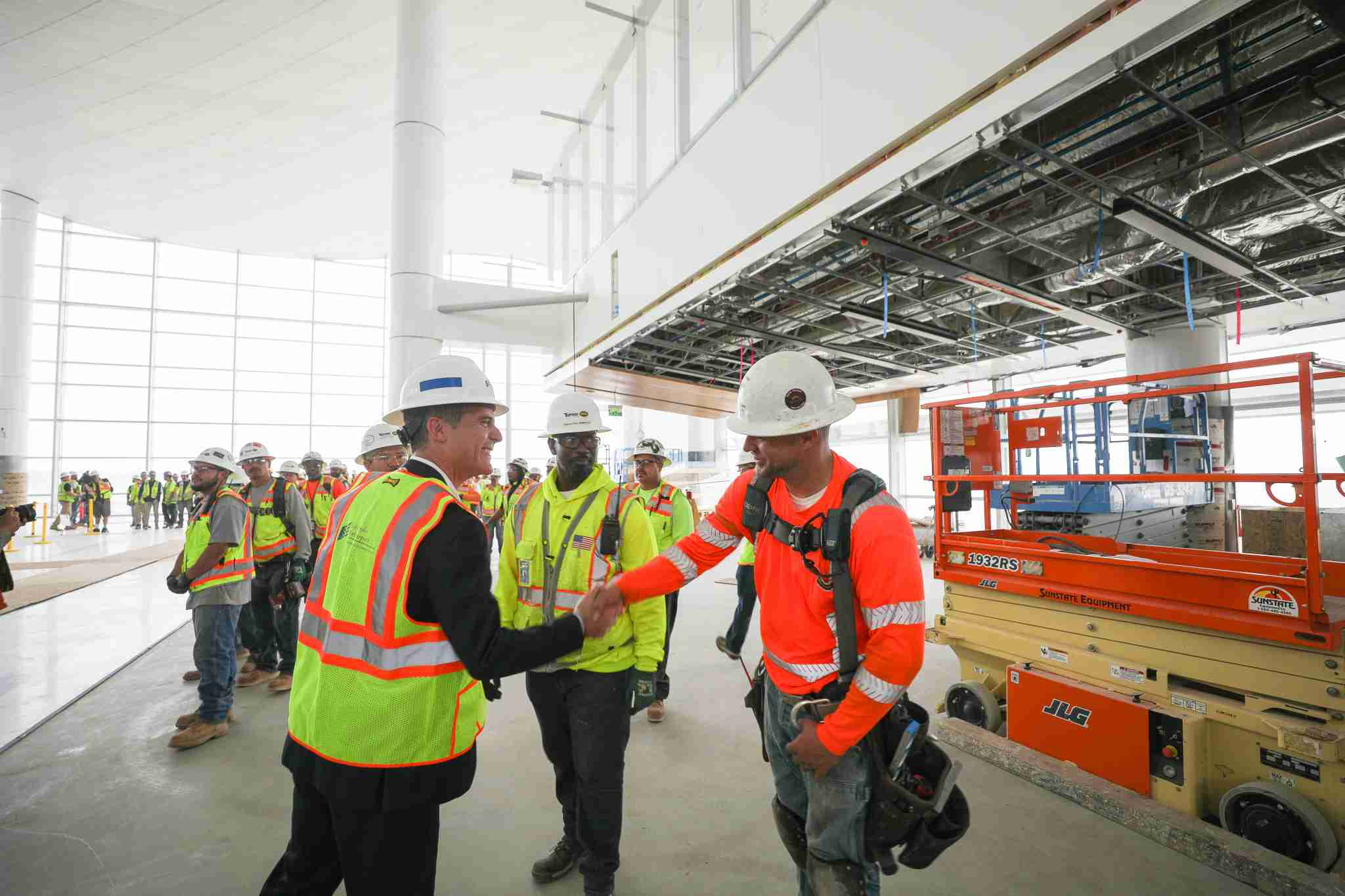 Los Angeles Mayor Eric Garcetti (left) shakes hands with a construction worker during a tour of the under construction Midfield Satellite Concourse at LAX. (Courtesy of the City of Los Angeles)