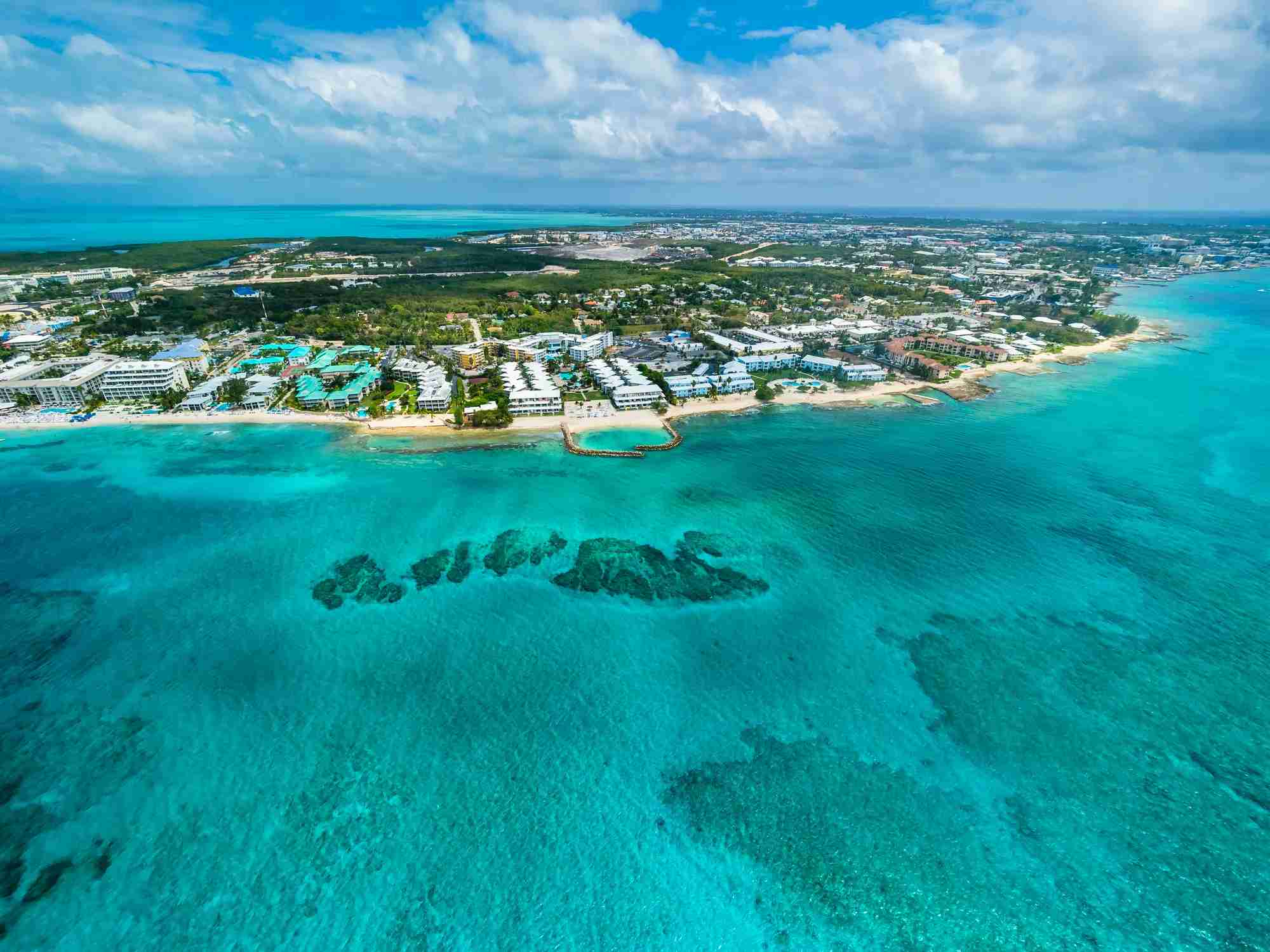 Karibik, Cayman Islands, Grand Cayman, George Town, Flug uber George Town und den Seven Miles Beach, Luxus Hotels und Appartements, (Karibik, Cayman Islands, Grand Cayman, George Town, Flug uber George Town und den Seven Miles Beach, Luxus Hotels un