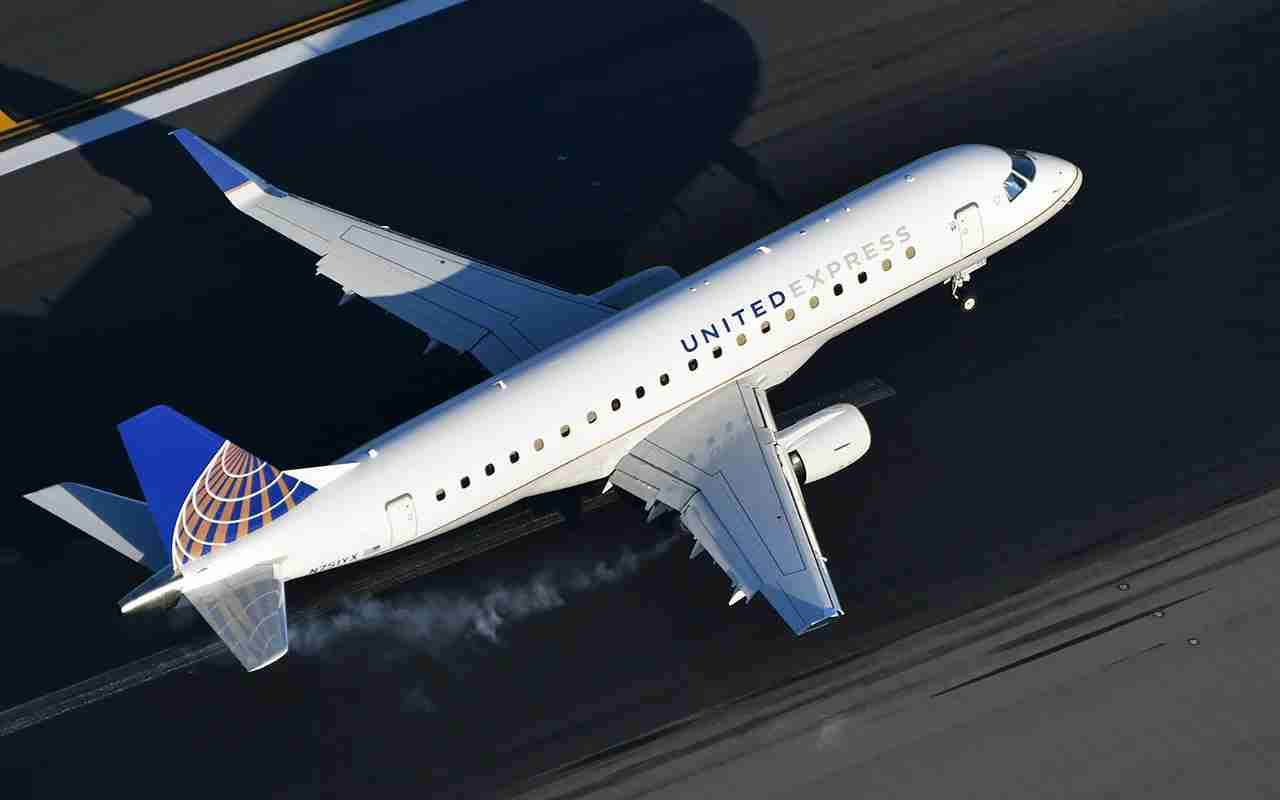 A United Express Embraer 175 landing at Newark airport (Photo by Alberto Riva/TPG)