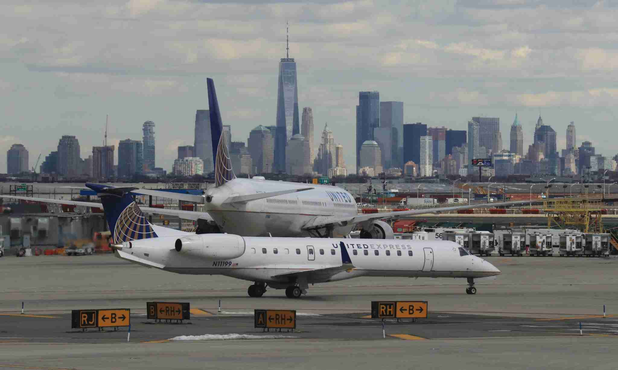 A United Express Airlines airplane heads to a runway at Newark Liberty Airport in front of the skyline of lower Manhattan on March 23, 2018 (Photo by Gary Hershorn/Getty Images)