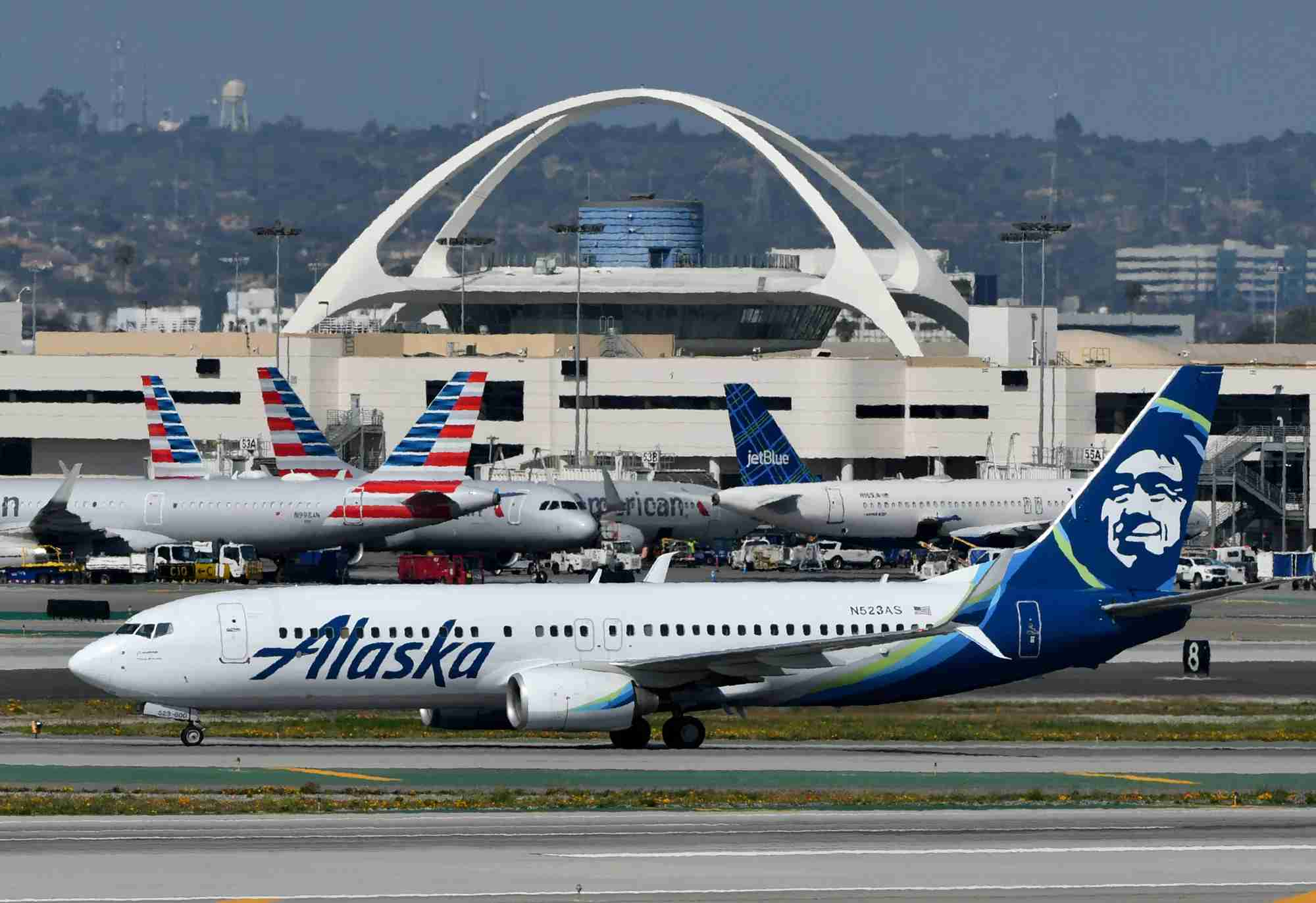 An Alaska Airlines 737-800 is seen at Los Angeles International Airport in March 2019. (Photo by Alberto Riva/The Points Guy)