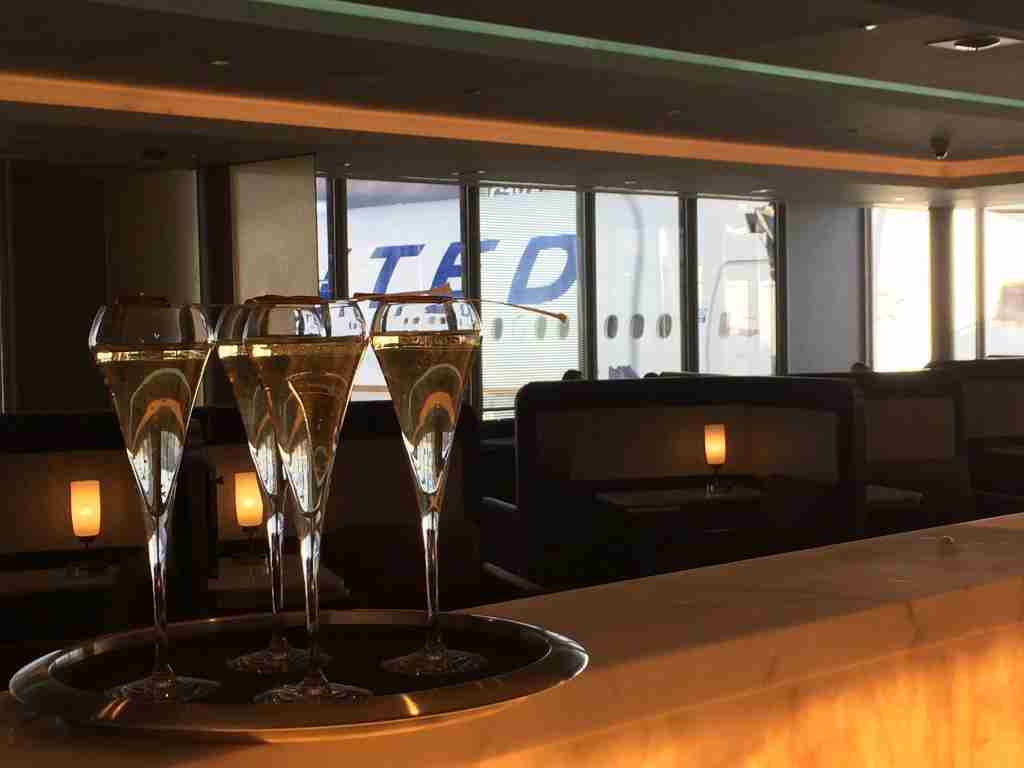 The United Airlines Polaris Lounge bar at Chicago O