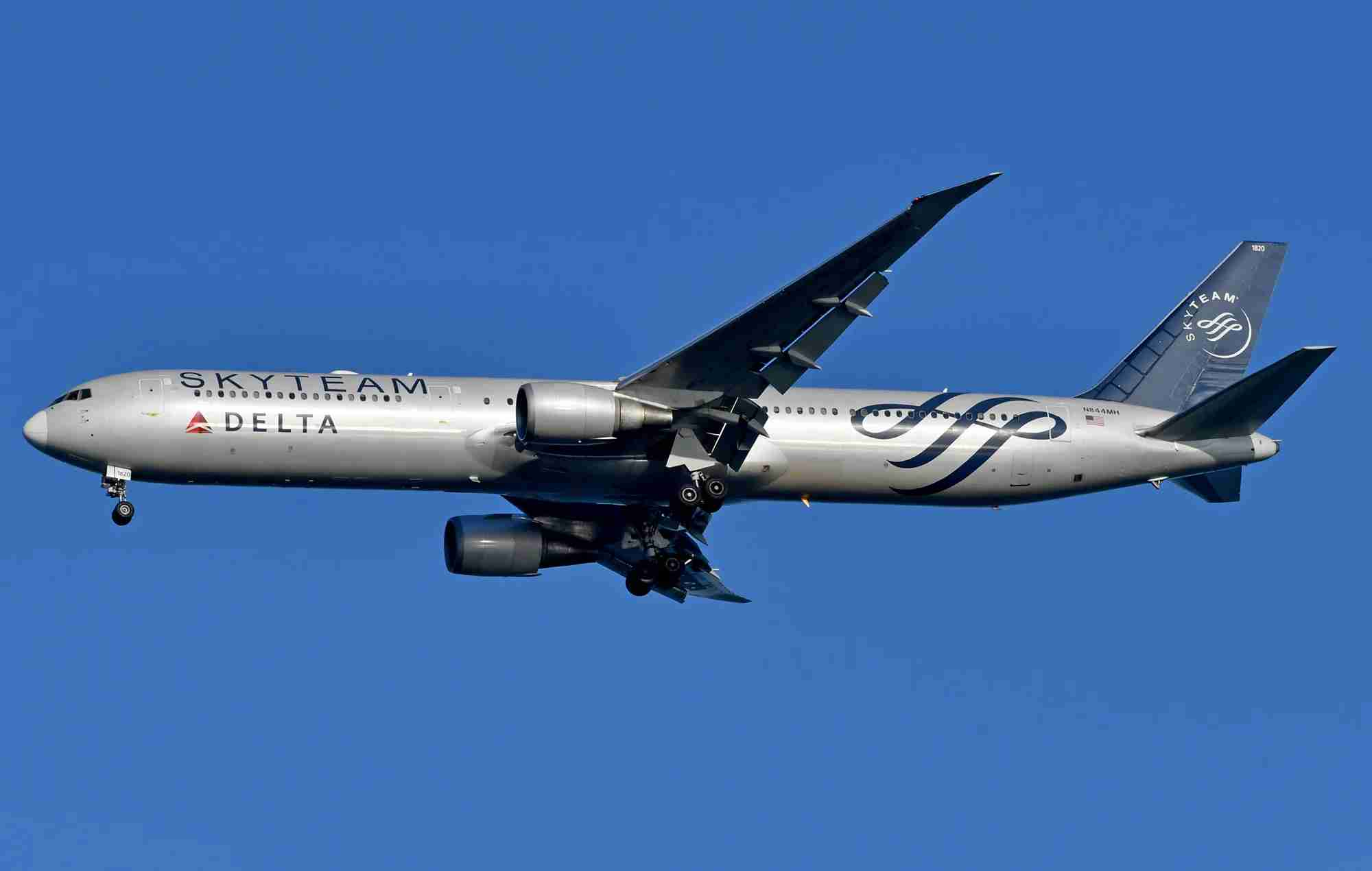 A Delta 767-400ER in Skyteam livery landing at New York - JFK in 2019 (Photo by Alberto Riva / The Points Guy)