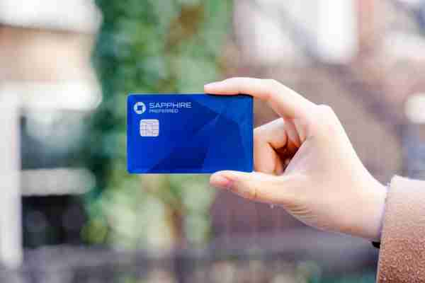 Person holding a Chase Sapphire Preferred card