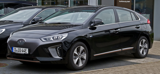 Hyundai_IONIQ_electric_Premium_%E2%80%93_Frontansicht__7._Mai_2017__D%C3%BCsseldorf.jpg