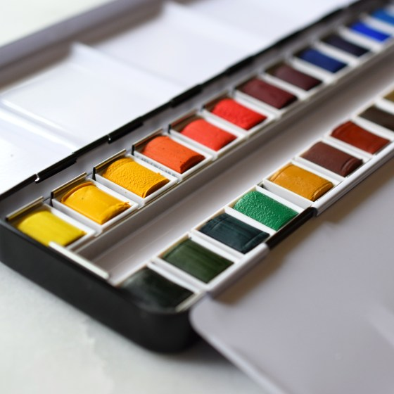 These watercolors come individually wrapped to ensure their good condition. Once you receive the palette, you'll need to unwrap all of the pans.