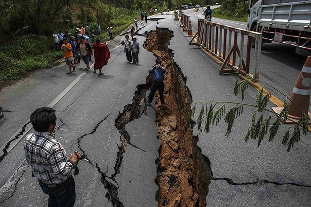 EarthquakeCrack