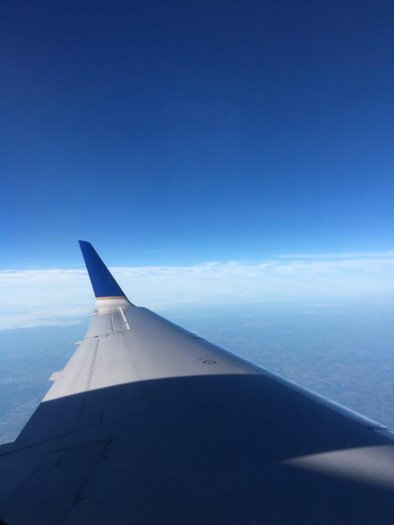 Viết giữa những chuyến bay