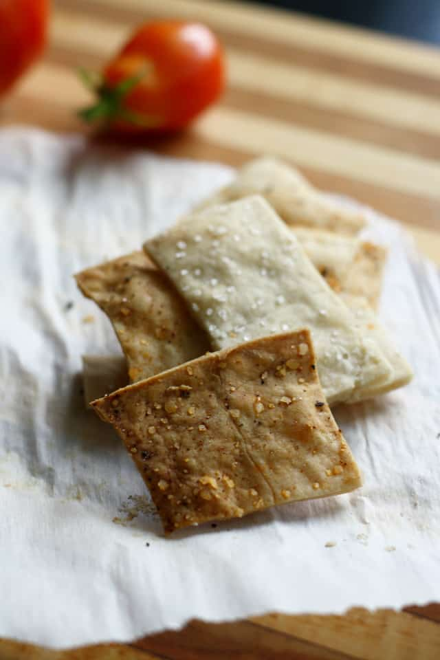 easy to make gluten free and vegan crackers from theprettybee.com