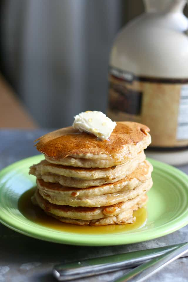 apple cinnamon vegan pancakes - an easy and tasty recipe on theprettybee.com