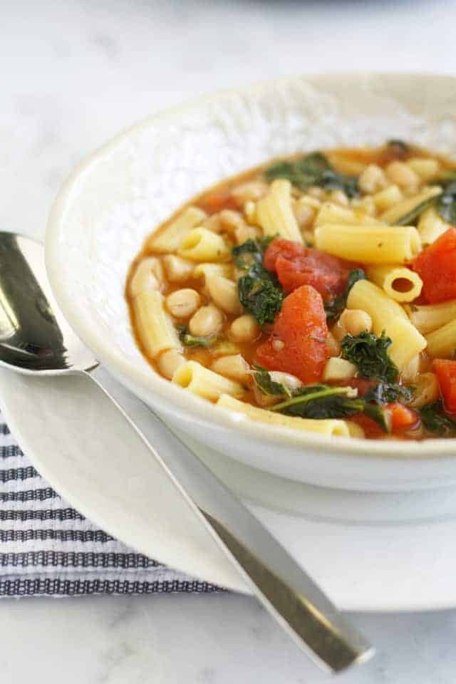 A healthy, hearty recipe for pasta e fagioli, a traditional Italian soup with pasta and beans. #soup #vegan