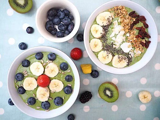 Super Easy Green Smoothie Bowl recipe you can whip up in minutes! Perfect for breakfast or brunch and packed full of healthy vitamins