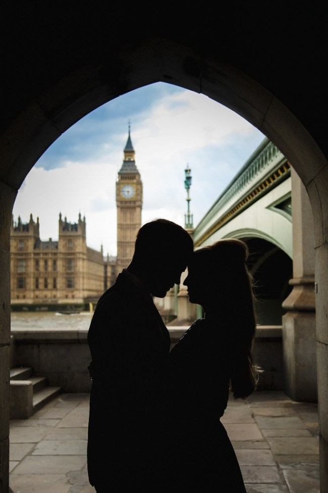 Couple in love in front of the House's of Parliament