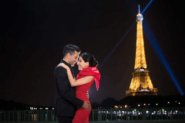 couple kissing infant of Iffle Tower