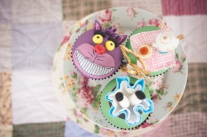 Alice in Wonderland themed cupcakes. How amazing are they?