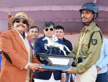 शो जम्पिंग नोविस मुकाबले में बीएसएफ़ के सिपाही विक्रम सिंह को स्वर्ण पदक