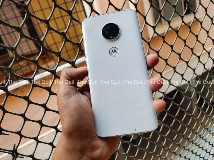 Moto G7 in the hand