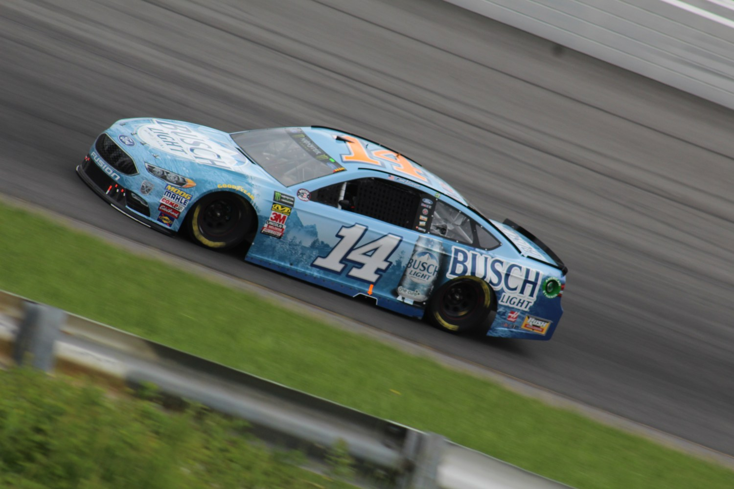 Clint Bowyer races during the 2018 Pocono 400. (Tyler Head   The Racing Experts)