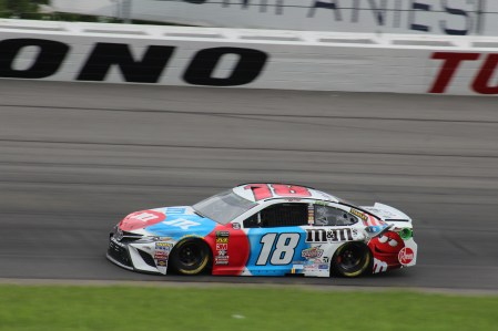 Kyle Busch races during the 2018 Pocono 400. (Tyler Head | The Racing Experts)