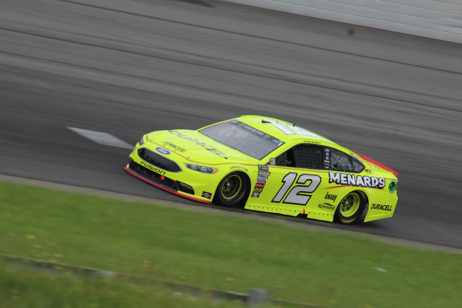 Ryan Blaney races during the 2018 Pocono 400. (Tyler Head   The Racing Experts)