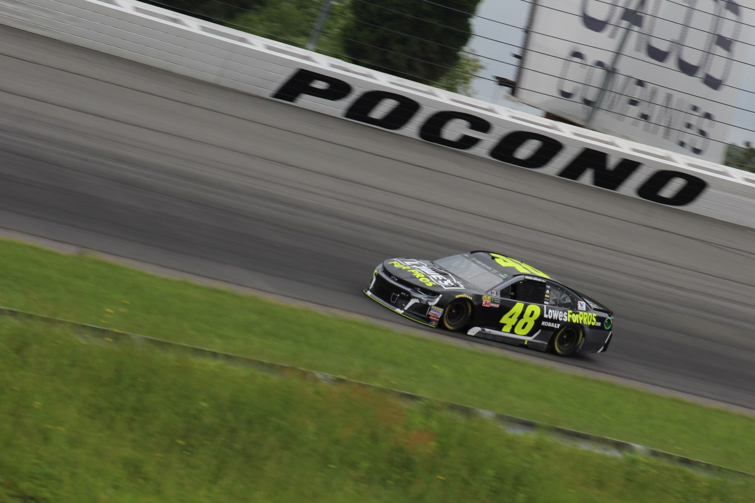 Jimmie Johnson races during the 2018 Pocono 400. (Tyler Head   The Racing Experts)
