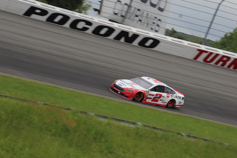 Brad Keselowski races during the 2018 Pocono 400. (Tyler Head   The Racing Experts)