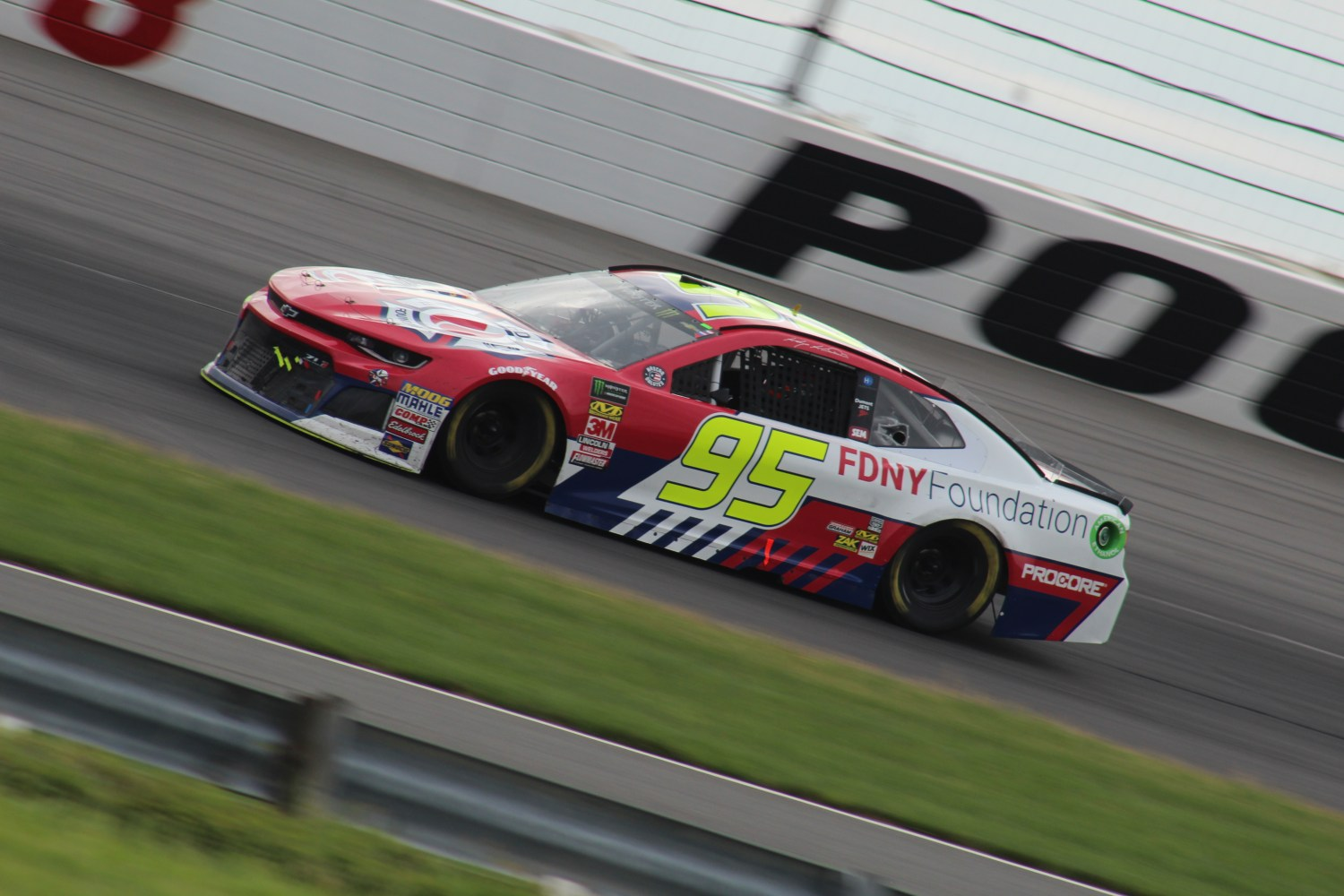 Kasey Kahne races during the 2018 Pocono 400. (Tyler Head | The Racing Experts)