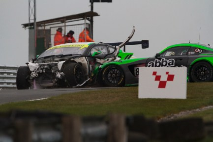 bgt2017_round1_race2_loggie_neary_crash_03