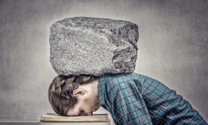Langeweile kann erdrückend sein wie ein schwerer Stein.