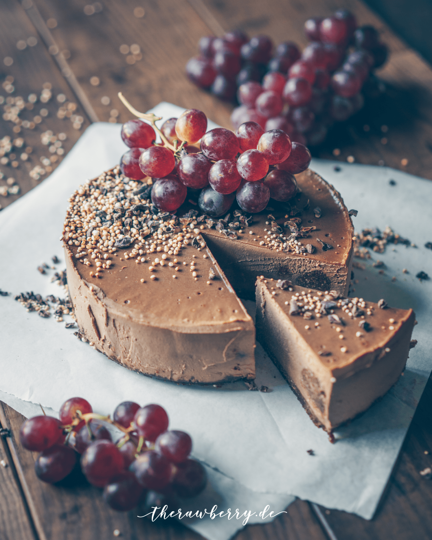 healthy, food, essen, lecker, gesund, delicious, tripple chocolate, dreifach Schokolade, Schokolade, chocolate, chocaholic, cheesecake, Käsekuchen, vegan, no dairy, gluten free, gluten frei, Kuchen, cake, grapes, cashews, no bake, yum, yummy,, therawberry, food styling, food photography